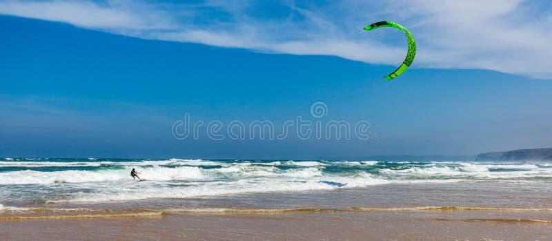 Surfer in Strand Praia-DA Bordeira nahe Carrapateira, Portugal Kiteboarder-kitesurfer Athlet, der das kitesurfing Kiteboarding du lizenzfreies stockbild