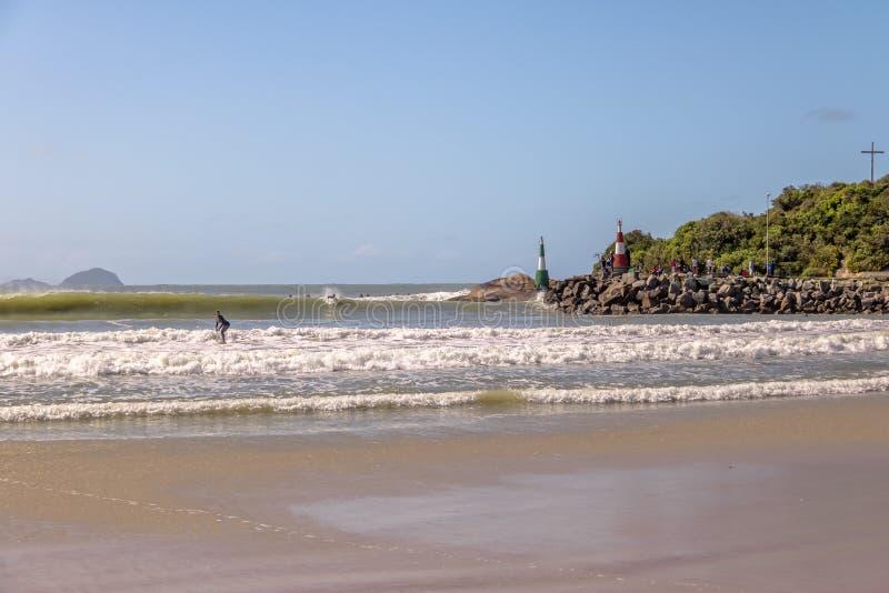 Surfer am Strand von Barra da Lagoa-Bereich von Lagoa DA Conceicao - Florianopolis, Santa Catarina, Brasilien lizenzfreies stockfoto