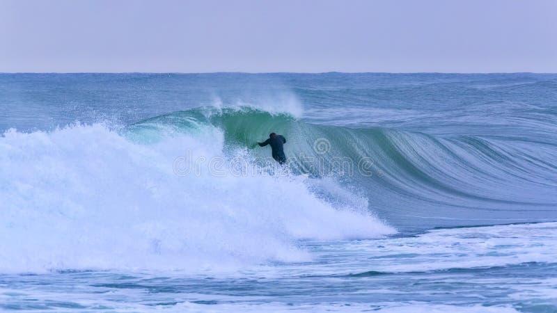 Surfer sur la grande vague en Costa Brava, Espagne photographie stock libre de droits