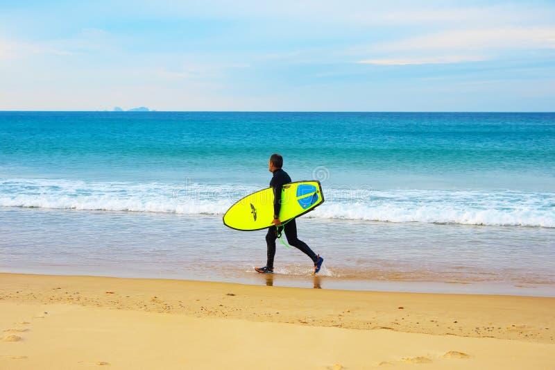 Surfer sur la plage images stock