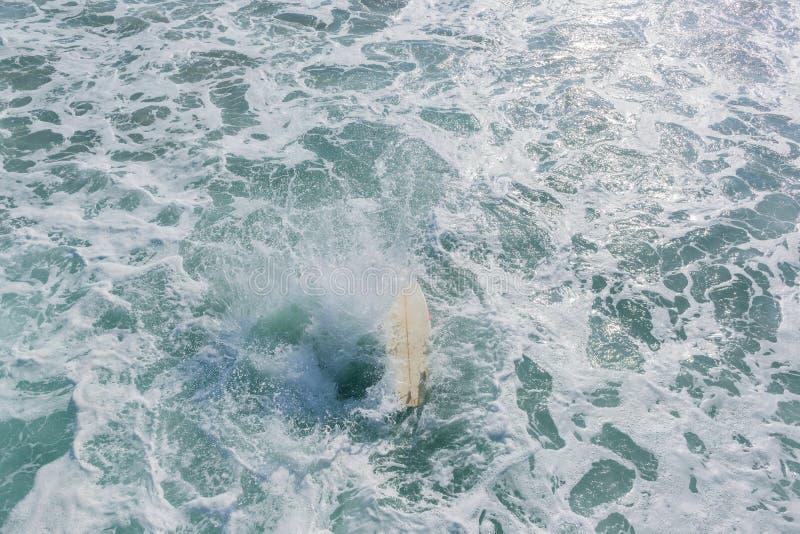 Surfer-Surfbrett-Strand Pier Jump Ocean Surfing lizenzfreies stockbild