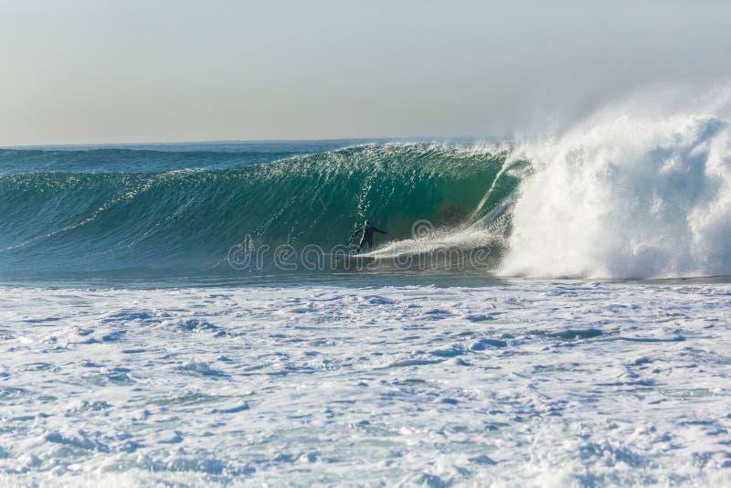 Surfer-surfende Welle stockbild