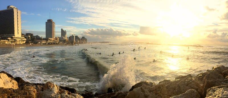 Surfer in Tel Aviv lizenzfreies stockfoto