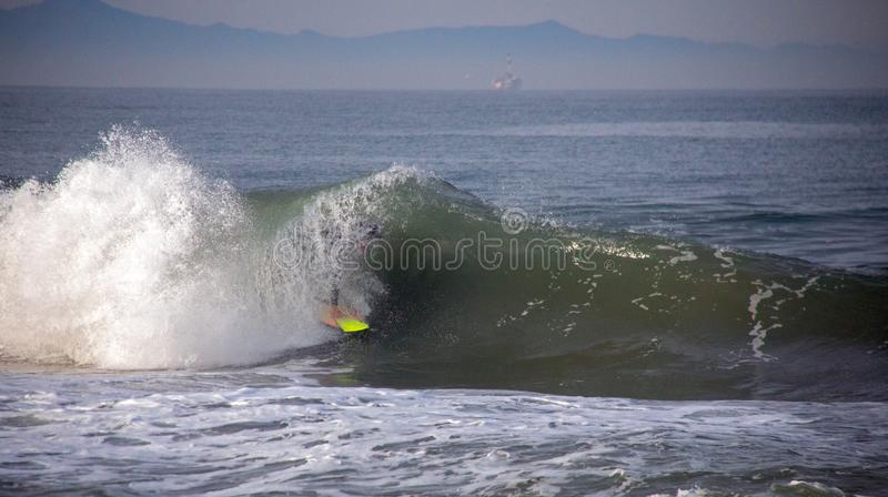 Surfer tubed in der Welle an der Sandbank, in der Santa Clara River in den Pazifischen Ozean in Ventura California USA sich leert lizenzfreie stockbilder