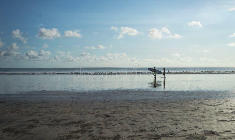 Surfer, vague, et plage, Kuta Plage-Bali, Indonésie photos stock