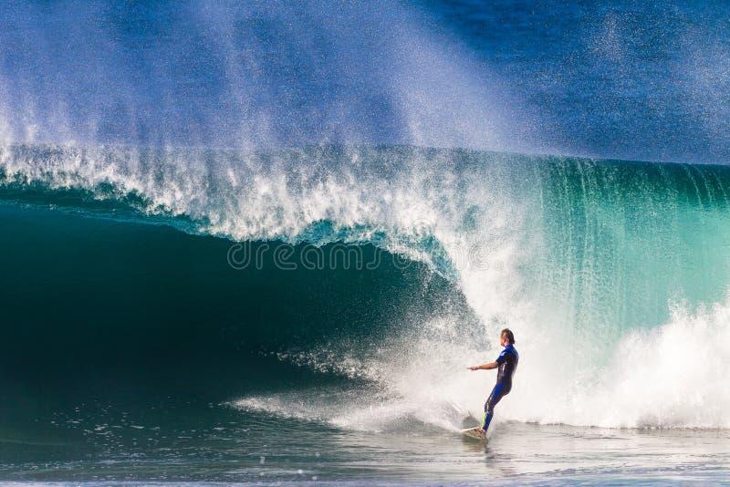 Surfer, welche gefährlicher zusammenstoßender Welle ausweicht  stockbilder