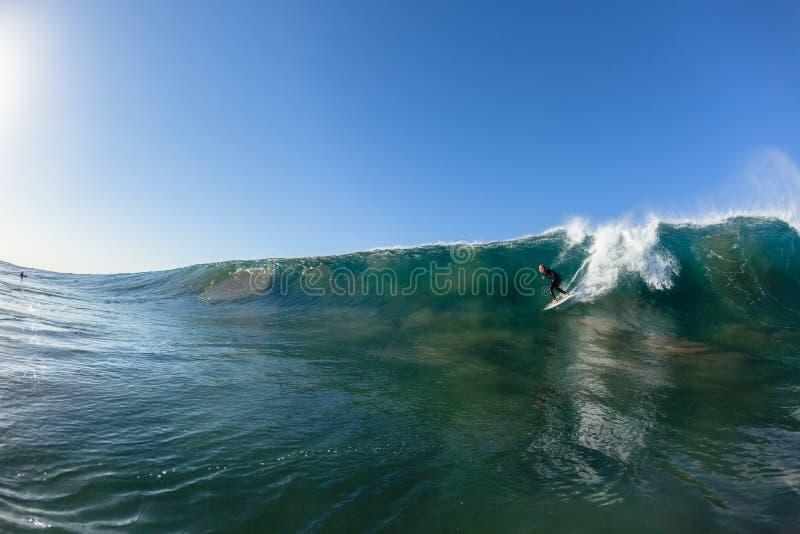 Surfer-Welle entfernen Fahrwasser-Foto stockbild