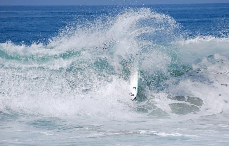 Surfer wipesout beim Surfen in Laguna Beach, Kalifornien lizenzfreie stockfotografie