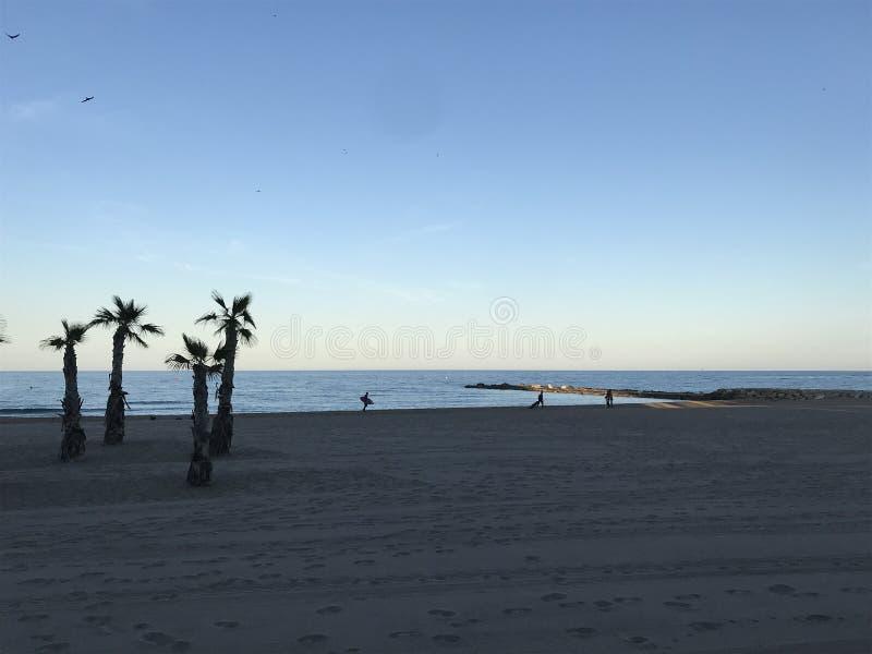 Surferaufwartung und -welle auf leerem Strand von Costa Blanca, Alicante, Spanien lizenzfreies stockbild