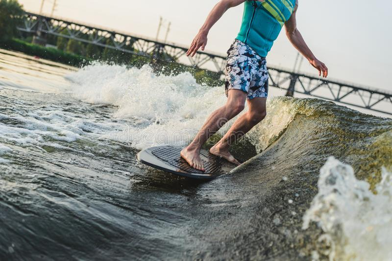Surferfahrten auf das Brett lizenzfreies stockbild
