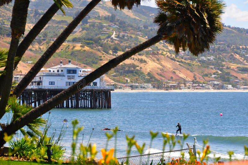 Surferfahrten eine Welle, Malibu Kalifornien lizenzfreies stockfoto