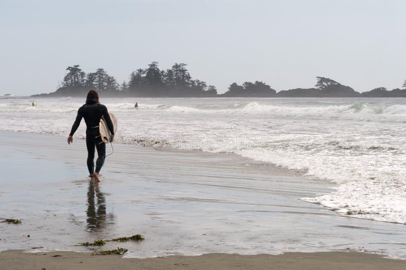 Surferholdingsurfbrett in Kanada lizenzfreies stockbild