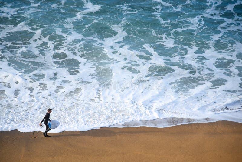 Surfermann auf dem Strand stockfoto