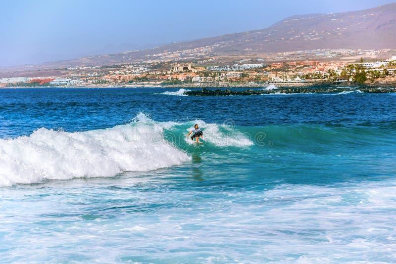 Surfermeisje in Costa Adeje op Tenerife royalty-vrije stock foto
