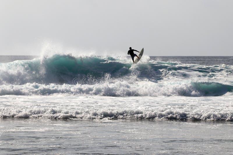 Surferritten op een golf op Bali - Azië stock foto's