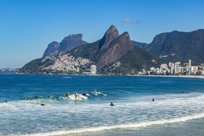 Surfers που περιμένει το τέλειο κύμα Θαυμάσιες θέσεις στον κόσμο για το s στοκ εικόνες