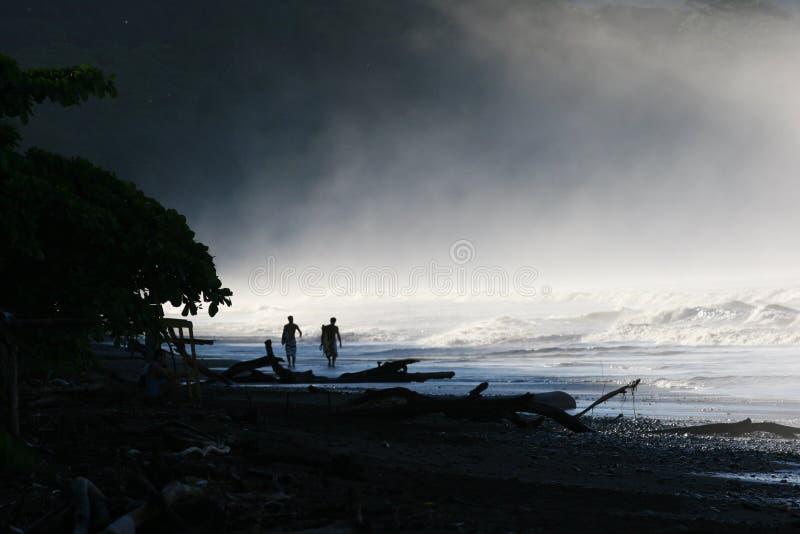 Surfers στην υδρονέφωση στοκ εικόνες με δικαίωμα ελεύθερης χρήσης