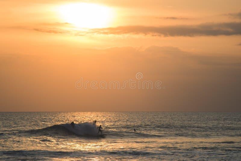Surfers στον ωκεανό στοκ φωτογραφία με δικαίωμα ελεύθερης χρήσης
