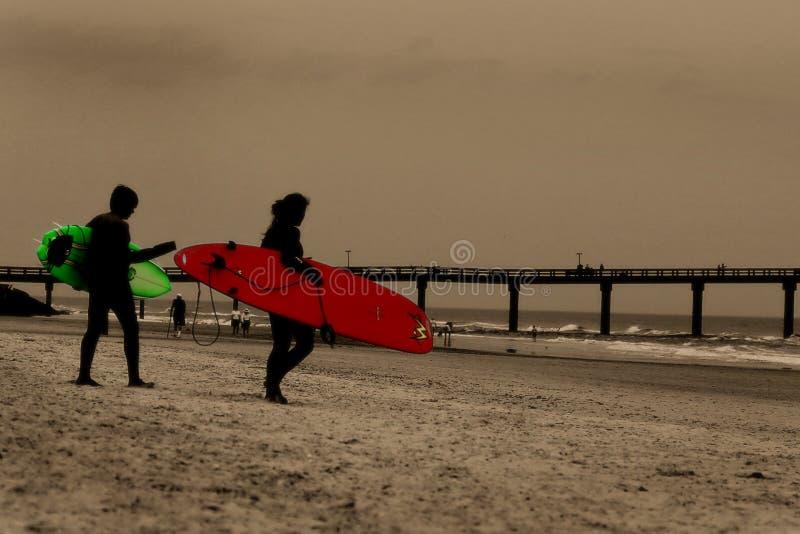 Download Surfers στοκ εικόνα. εικόνα από ωκεανός, αποβάθρα, κύματα - 101053