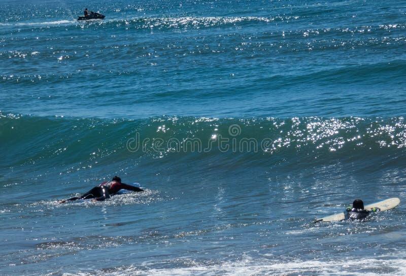 Surfers attendant la grande vague en Costa Calida, Mursia, Espagne Jour ensoleillé, l'eau brillante photographie stock libre de droits