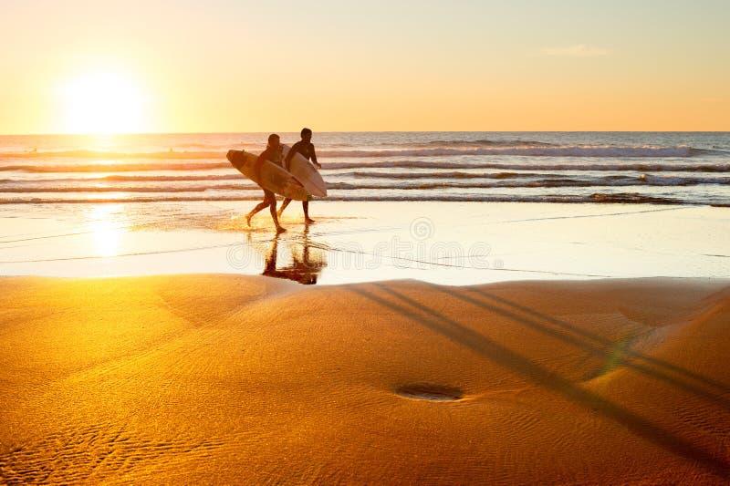 Surfers au coucher du soleil, Portugal photographie stock libre de droits