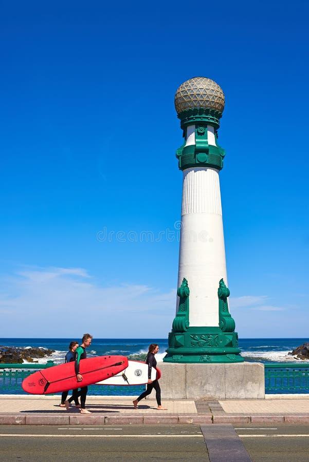 Surfers avec leurs planches de surf croisant le pont de Kursaal dans San Sebastian photos stock