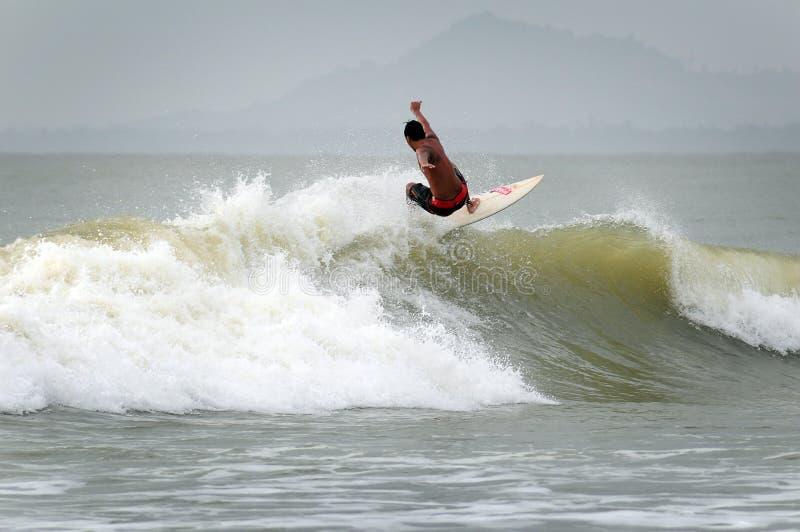 Surfers ayant un beau jour jouant avec des vagues photo stock