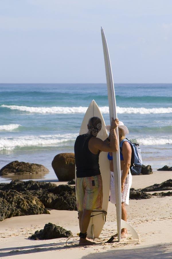 Surfers bij Byron Baai Australië stock foto's