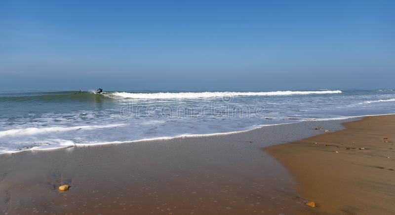 Surfers d'hiver sur la vague photos stock