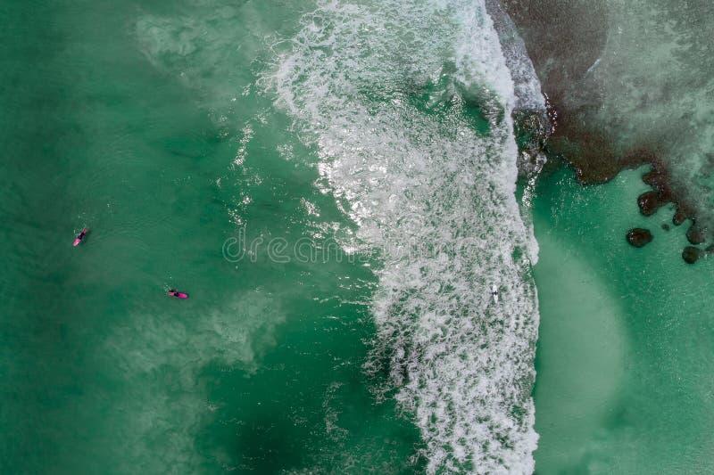 Surfers dans la vague de attente d'océan tropical Vue aérienne faite avec le bourdon image stock