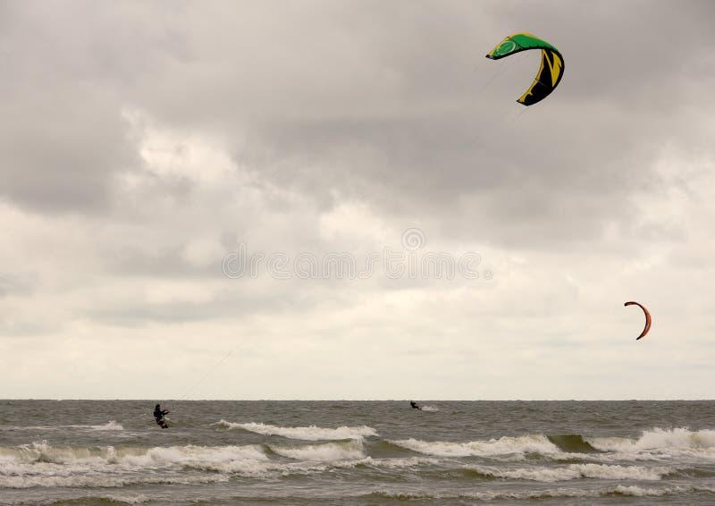 Surfers de cerf-volant photographie stock libre de droits