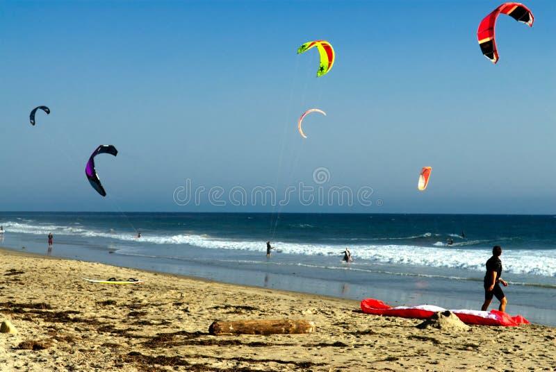 Surfers de cerf-volant sur une plage en Californie photographie stock