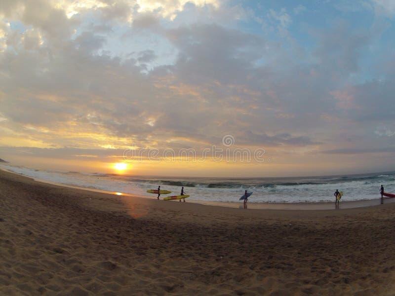 Download Surfers de lever de soleil photo stock. Image du sable - 45372116