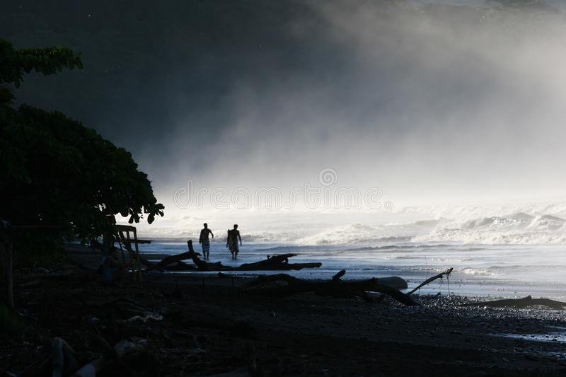 Surfers in de Mist royalty-vrije stock afbeeldingen