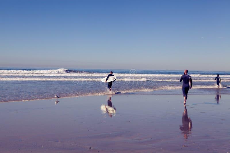 Surfers de plage de Solana pendant le matin images stock