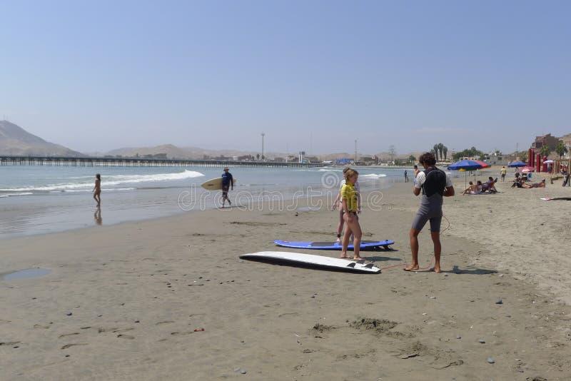 Surfers en une plage de Cerro Azul aux sud de Lima photos stock
