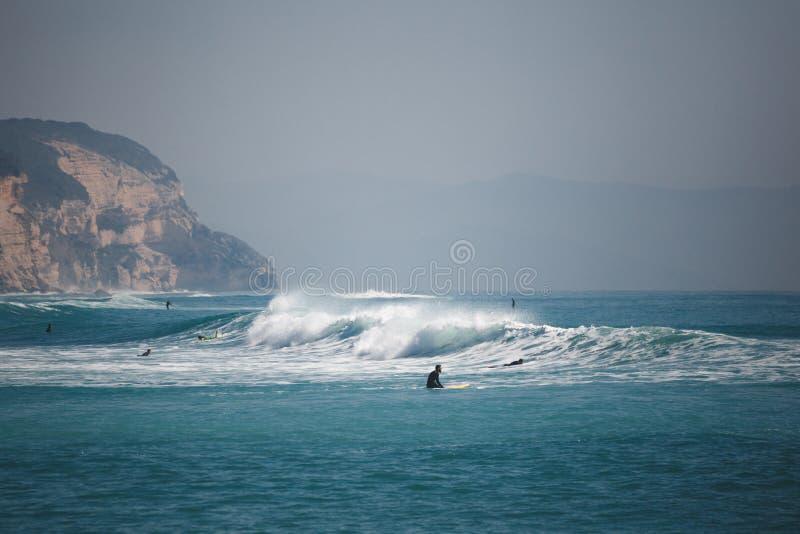 Surfers op het overzees met golven stock foto's