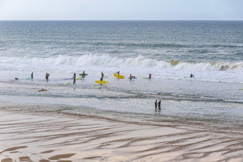 Surfers op het strand van de Atlantische Oceaan in lacanau-Oceaan, Bordeaux, Frankrijk stock afbeelding