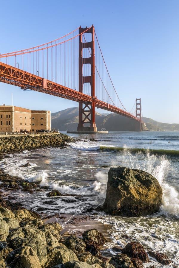Surfers sous le Golden Gate - San Francisco, la Californie photo libre de droits
