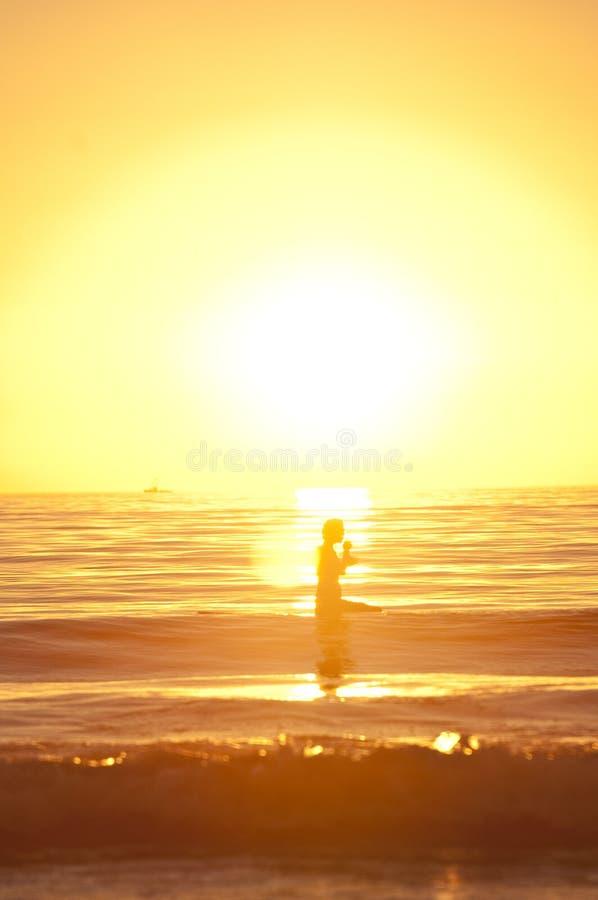 Surfers van de zonsondergang royalty-vrije stock afbeelding