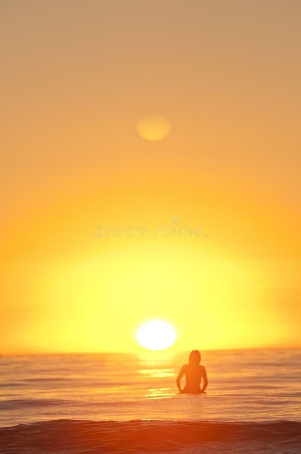 Surfers van de zonsondergang stock foto