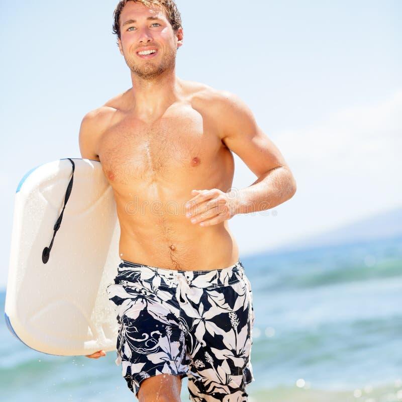 Surferspaß des gutaussehenden Mannes auf Sommerstrand stockfotos