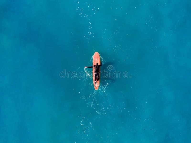 Surferspitze der Welle im Ozean, Draufsicht aeria lizenzfreies stockbild