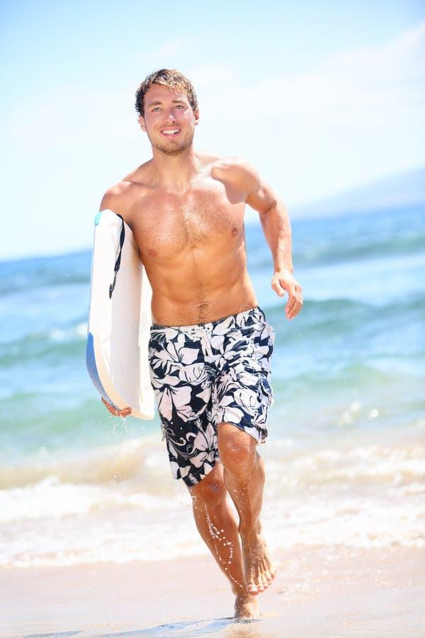 Surferstrand-Lebensstilleute - Mannsurfen lizenzfreie stockfotografie