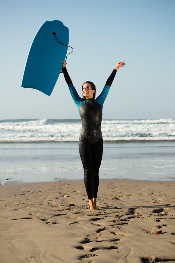 Surfervrouw die pret met bodyboard hebben bij het strand stock afbeeldingen