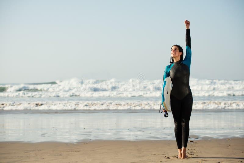 Surfervrouw die pret met bodyboard hebben bij het strand royalty-vrije stock foto