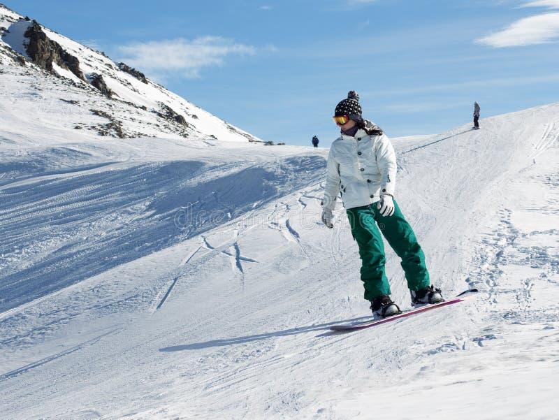 Surfeur à une station de sports d'hiver photographie stock libre de droits