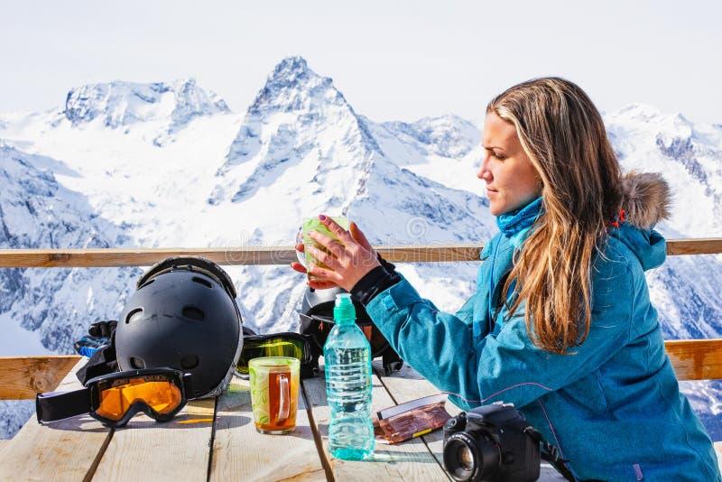 Surfeur de femme buvant du thé chaud dans le sommet extérieur en bois rustique de montagne de café Concept d'aventure de mode de  images libres de droits