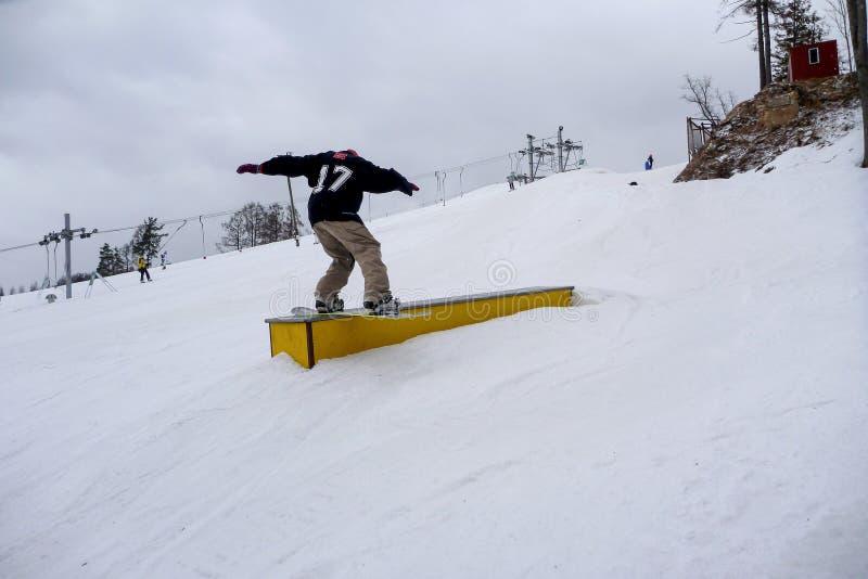 Surfeur glissant un rail photographie stock libre de droits