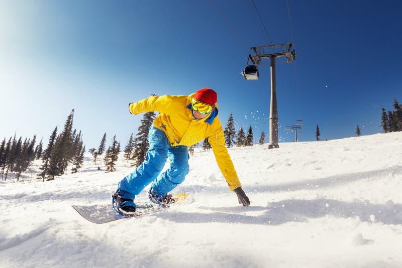 Surfeur rapide et intelligent à la pente de ski photographie stock